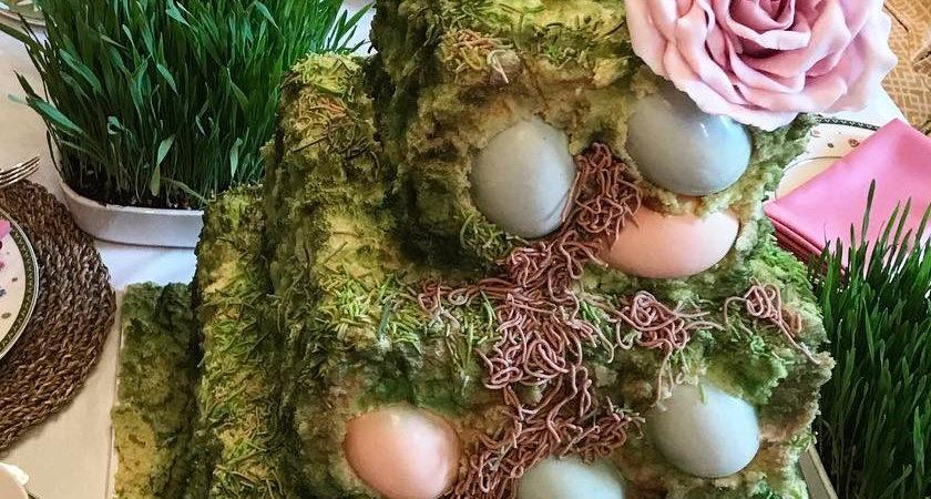 У богатых свои причуды: пасхальный торт с червями