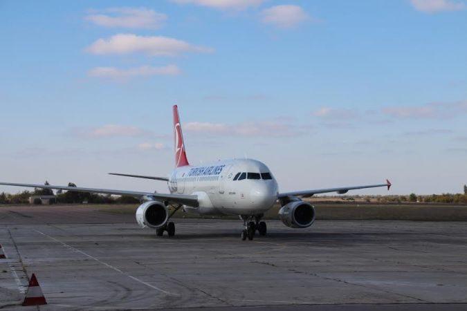 В Херсонському аеропорту прикордонники виявили іноземця, який перебуває у міжнародному розшуку