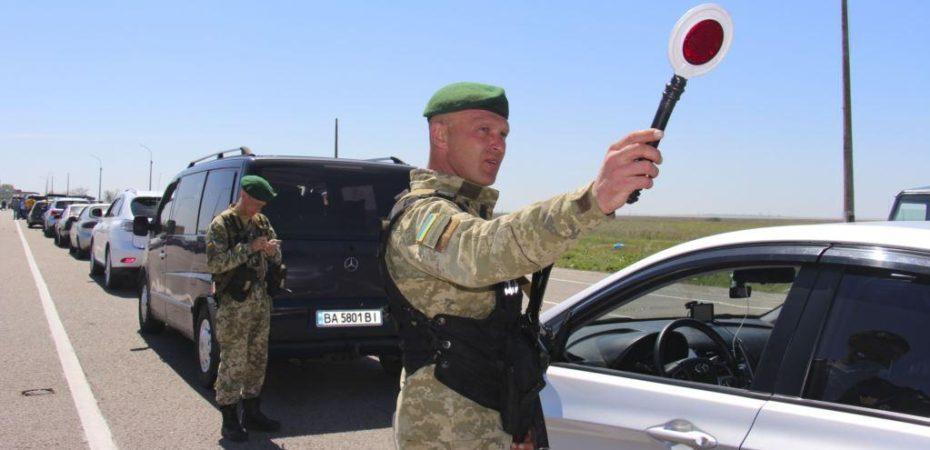 На адмінмежі з Кримом прикордонники виявили у документах іноземця підроблені відмітки Держприкордонслужби