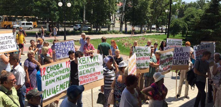 Оппозиционный Блок Херсона провел акцию по напоминанию депутатам о первоочередных потребностях города