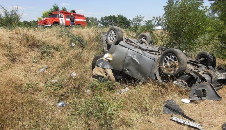 У Нововоронцовському районі рятувальники витягнули з кювету розбиту іномарку
