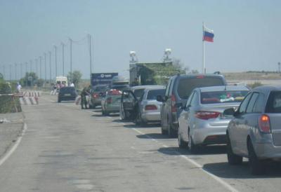 Пасажиро-транспортний потік до Криму зменшився, а окупанти продовжують створювати на адмінмежі штучні черги