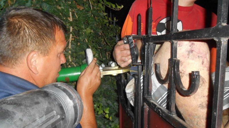 Рятувальники у м.Таврійську допомогли чоловікові, який наколовся на арматуру воріт