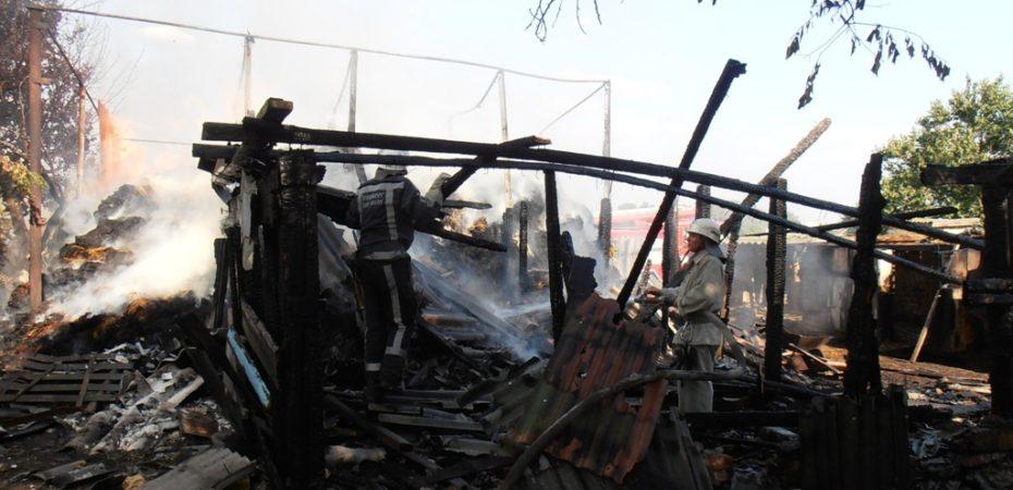 В Новотроїцькому районі рятувальники гасили загорання господарчої споруди