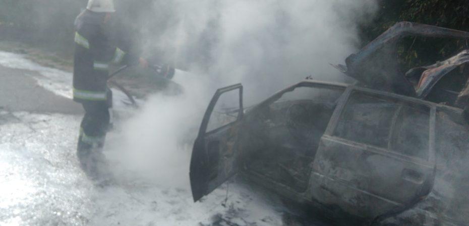 Голопристанські вогнеборці ліквідували пожежу легковика. Двоє осіб постраждали від опіків