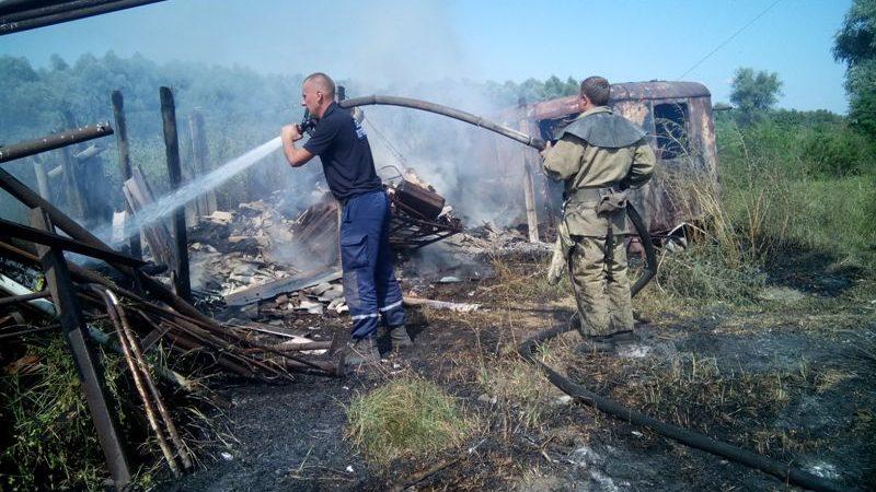 Олешківські вогнеборці ліквідували пожежу сухої трави і споруди, що від неї зайнялася