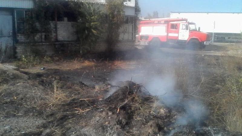 Бериславські вогнеборці загасили пожежу сухостою і будівлі, що загорілася від нього