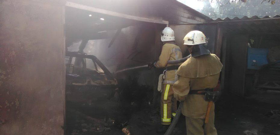 В смт Велика Лепетиха вогнеборці загасили пожежу автомобіля і гаража