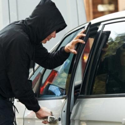 Незапертая дверь машины стоила херсонцу крупной суммы денег