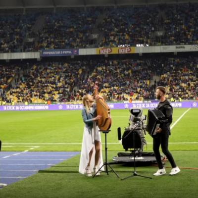 Херсонська бандуристка зіграла на стадіоні НСК Олімпійський (видео)