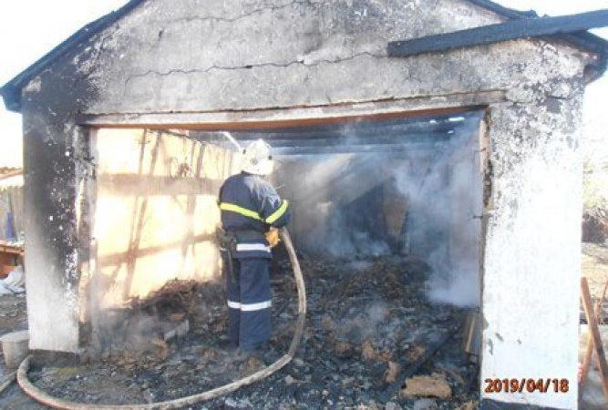 У Новотроїцькому районі ліквідували пожежу в гаражі