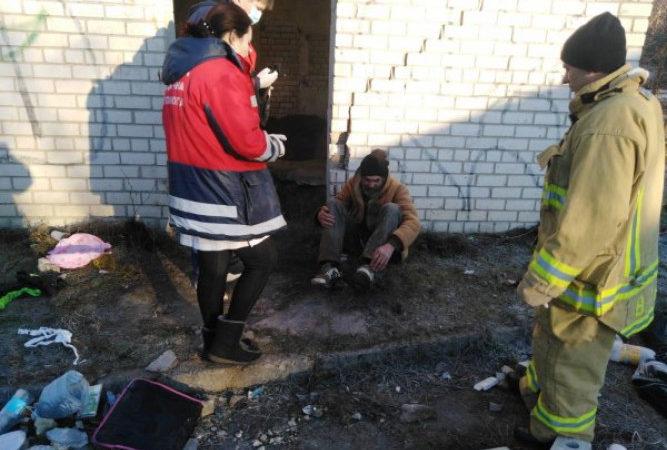 У Херсоні врятовано безхатька, який впав у шестиметрову яму