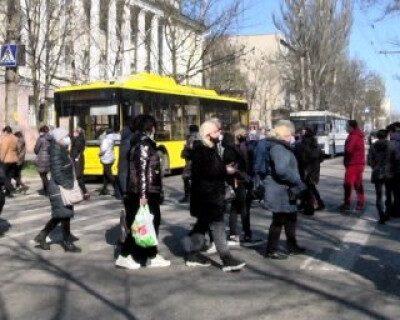 Работники херсонского рынка не вняли карантинным запретам и снова торгуют